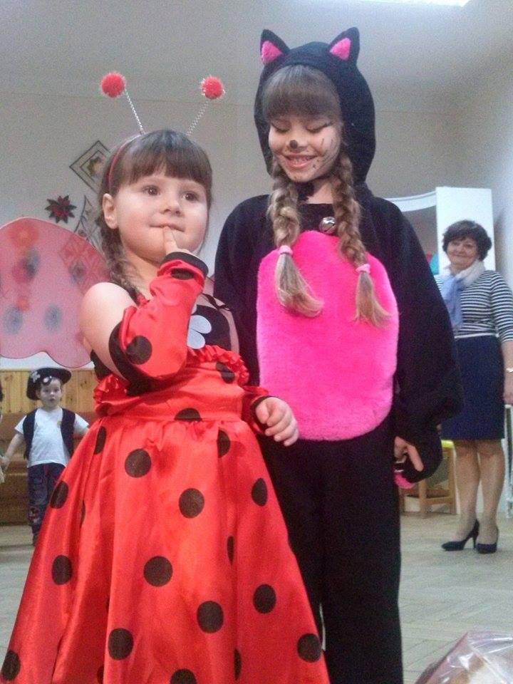 Molnár Renáta - Cica mica (6 éves) és Molnár Szimonetta - Katica lány (3 éves)
