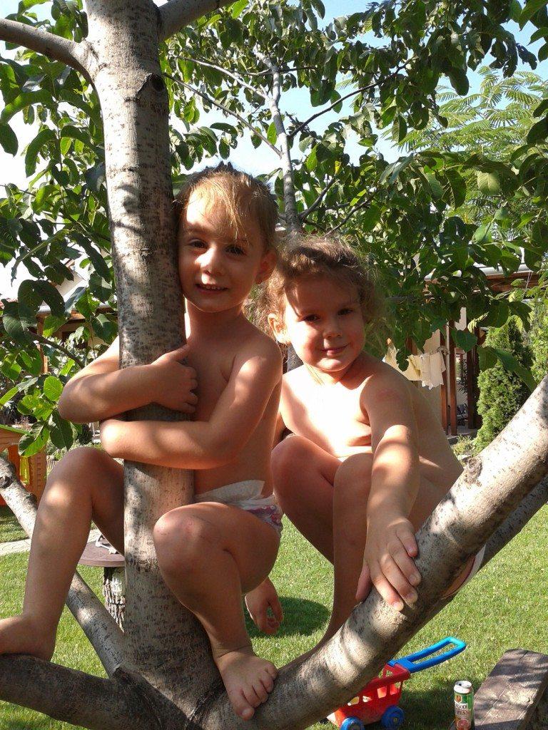 Imádjuk a diófánk - Anna és Jázmin