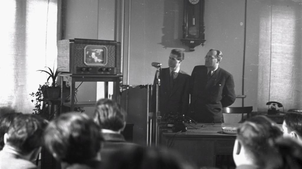 Budapest, 1954. január 28. Zima Károly, a Magyar Televízió vezető mérnöke (b) és Hódos Rezső vezérigazgató (j) az első televíziós adás közben. Magyar Fotó: Bartal Ferenc