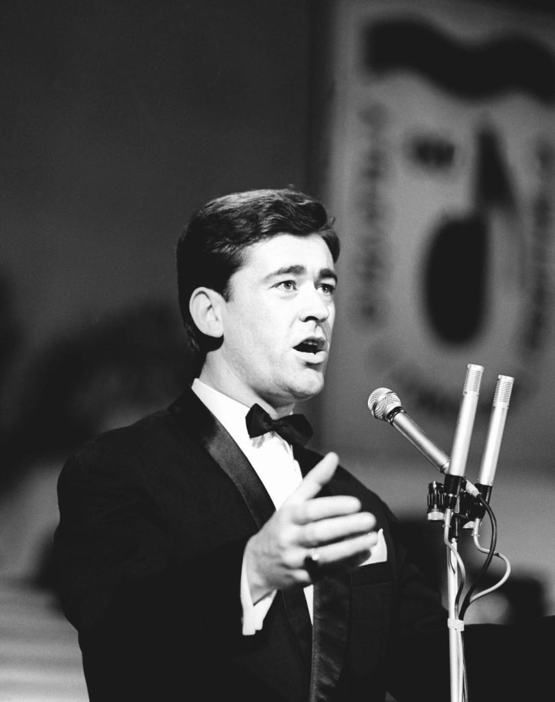 Budapest, 1966. augusztus 20. Koós János énekel a Magyar Rádió és Televízió táncdalfesztiváljának döntőjében az Erkel Színházban. MTI Fotó: Szebellédy Géza
